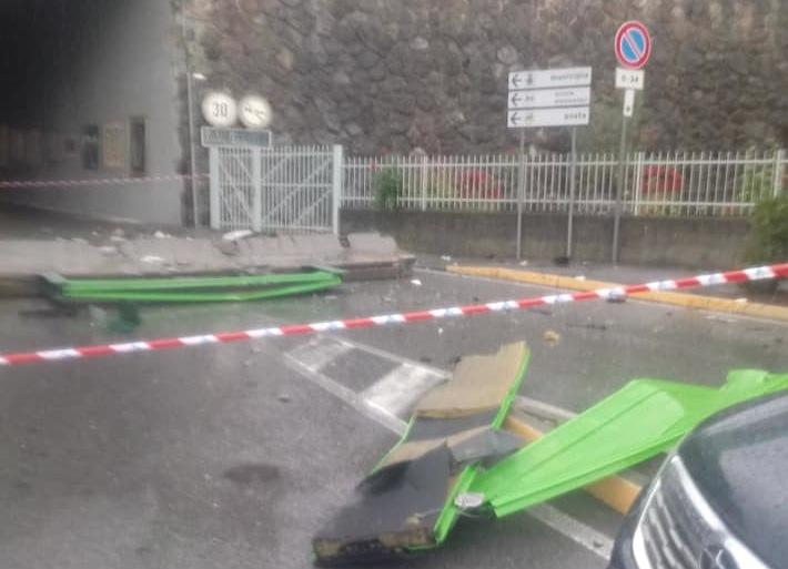 Le barriere abbattute dal Tir - Foto di Massimo Verlezza