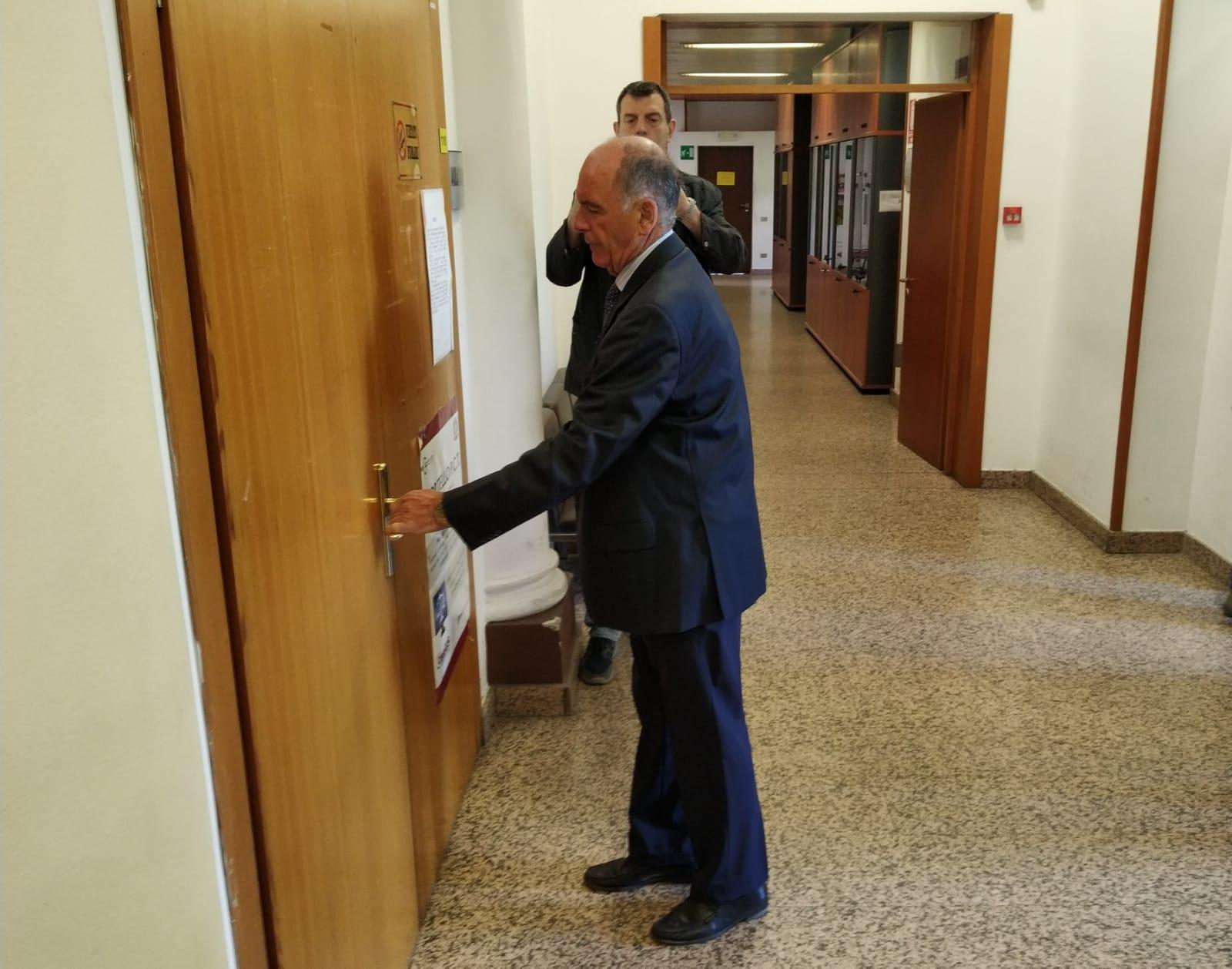 Augusto Rollandin all'ingresso in aula