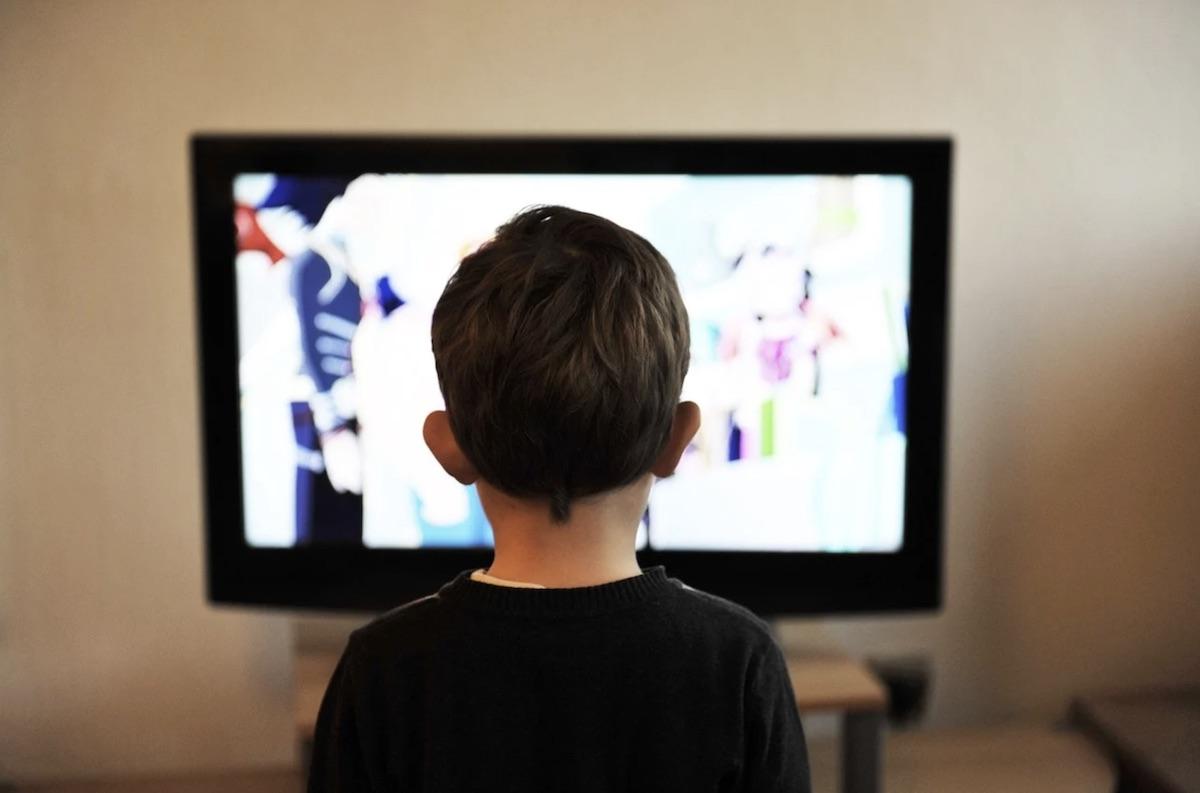 Bambini bambino tv televisione scuola didattica a distanza