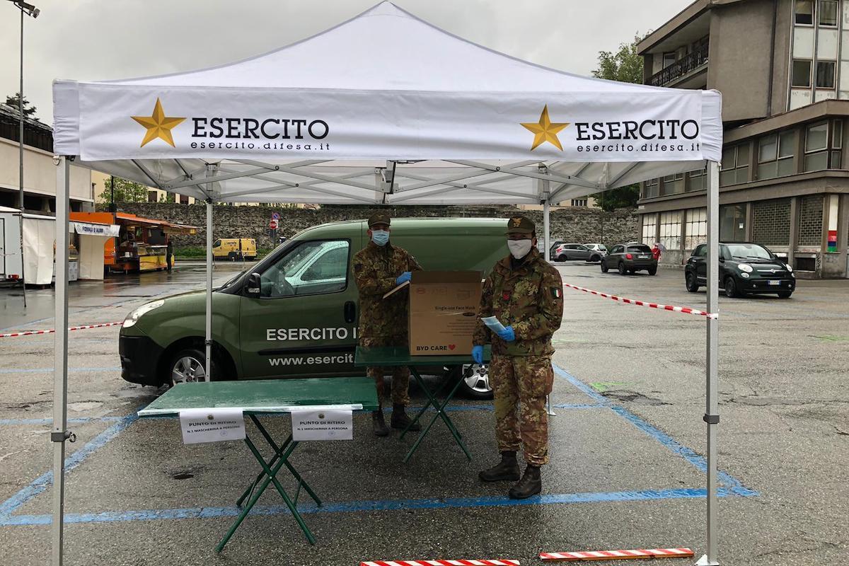 L'Esercito distribuisce le mascherine chirurgiche in piazza Cavalieri di Vittorio Veneto