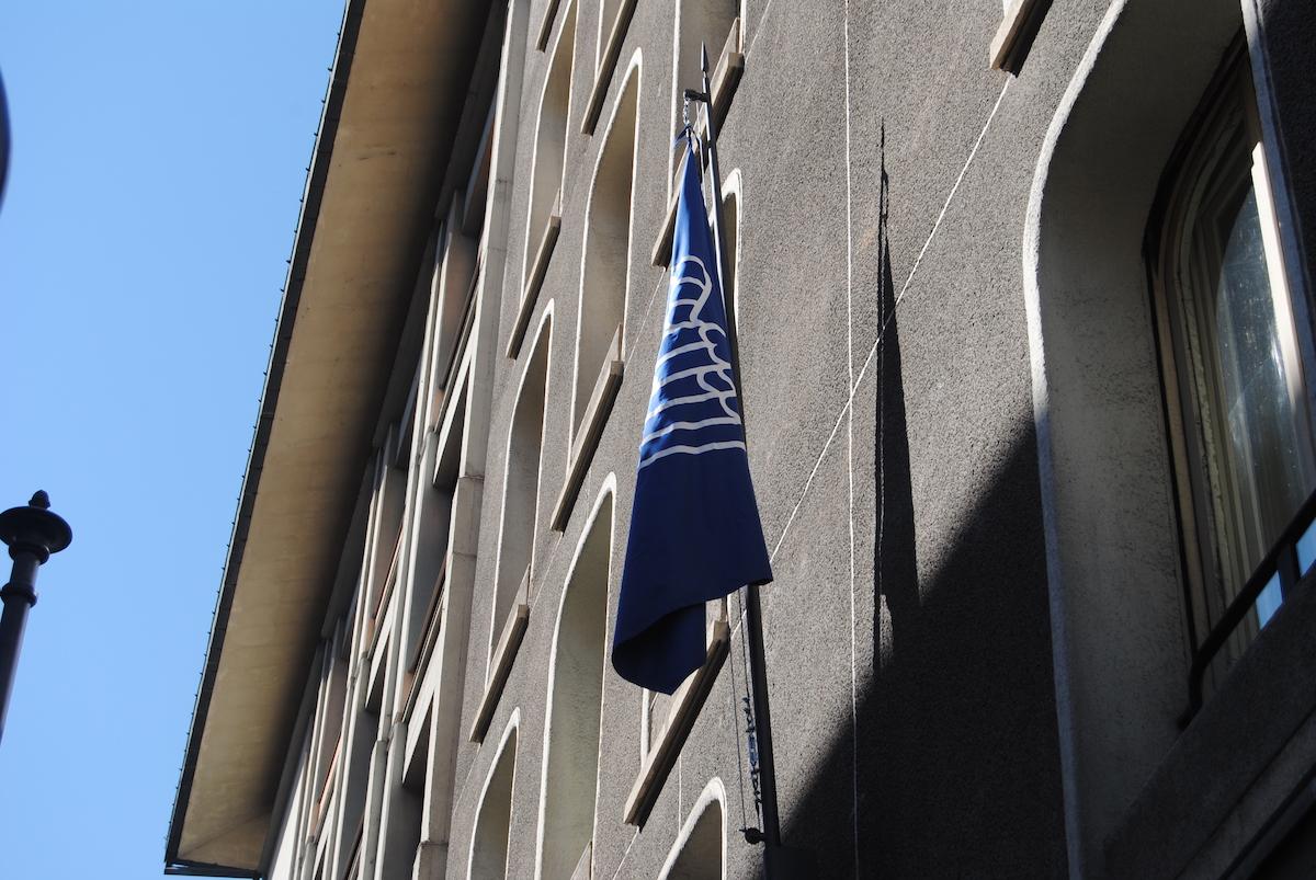La bandiera di Confindustria in via Conseil des Commis ad Aosta