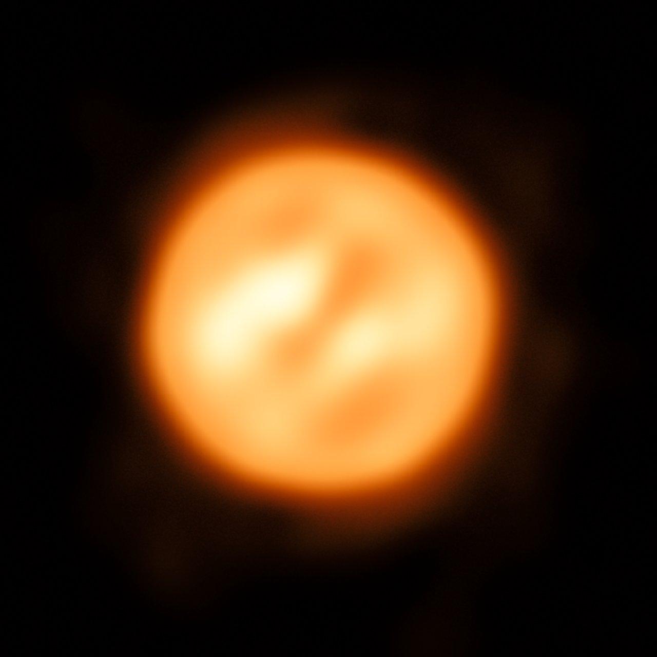 Usando lo strumento VLTI dell'ESO, alcuni astronomi hanno ricostruito questa stupenda immagine della supergigante rossa Antares: è l'immagine più dettagliata mai ottenuta per una stella che non sia il Sole. Crediti: ESO/K. Ohnaka https://www.eso.org/public/italy/images/eso1726a/