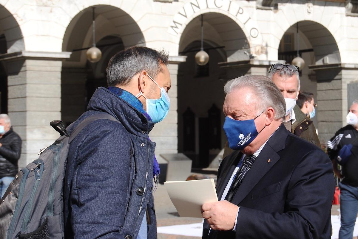 L'Assessore al Turismo e commercio Jean-Pierre Guichardaz ed il Presidente Confcommercio VdA Graziano Dominidiato