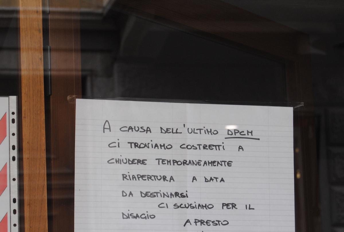 Un cartello affisso sulla vetrina di un ristorante in centro Aosta