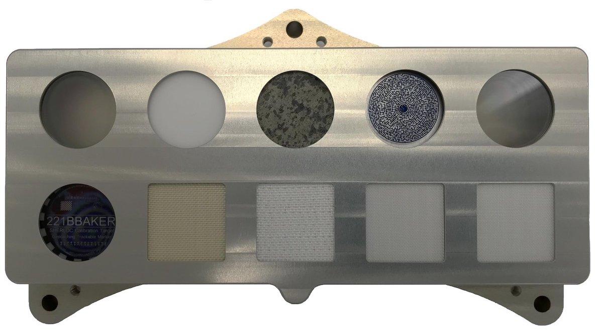 La tavola di calibrazione degli strumenti SHERLOC e WATSON del rover Perseverance Credit: NASA/JPL-Caltech https://www.jpl.nasa.gov/images/sherlocs-calibration-target-aboard-the-perseverance-mars-rover