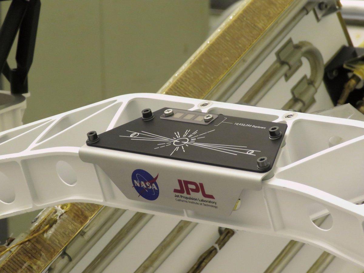 La placca con le incisioni dei nomi di quasi 11 milioni di persone sul rover Perseverance Credit: NASA/JPL-Caltech https://www.jpl.nasa.gov/images/send-your-name-placard-attached-to-perseverance