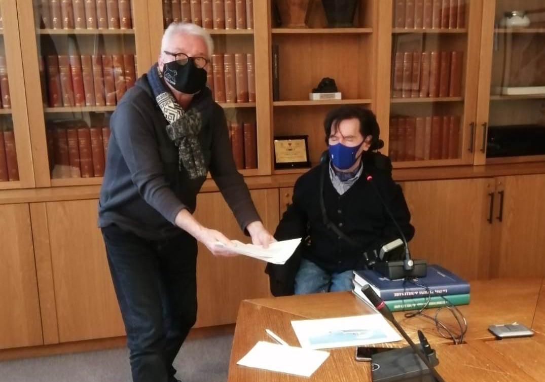 Candido Henry viceprsidente del Comitato ValléeSanté consegna petizione al Presidente del Consiglio Albert Bertin