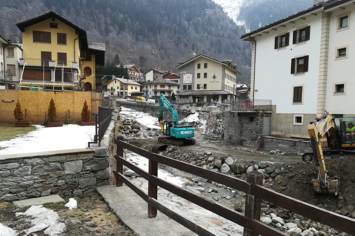 I lavori di costruzione del nuovo ponte a Gaby