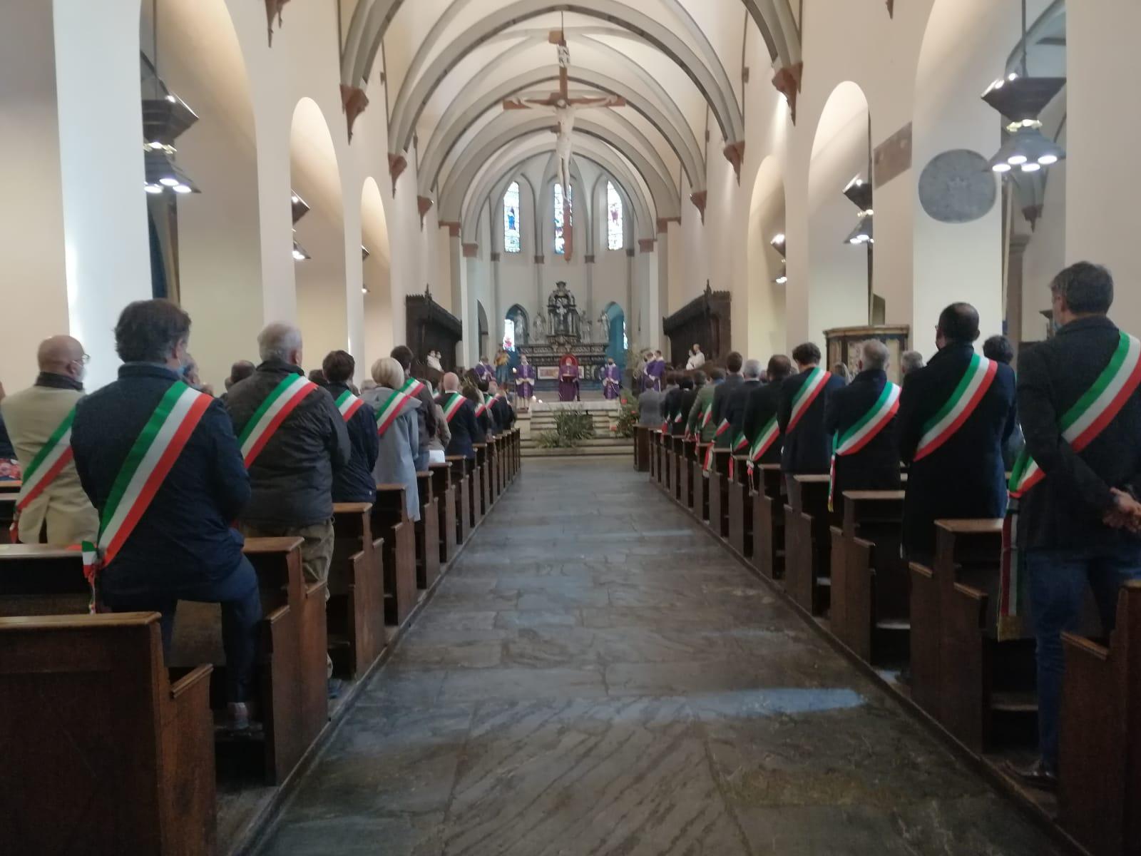 Un momento delle celebrazioni per le vittime del covid-19