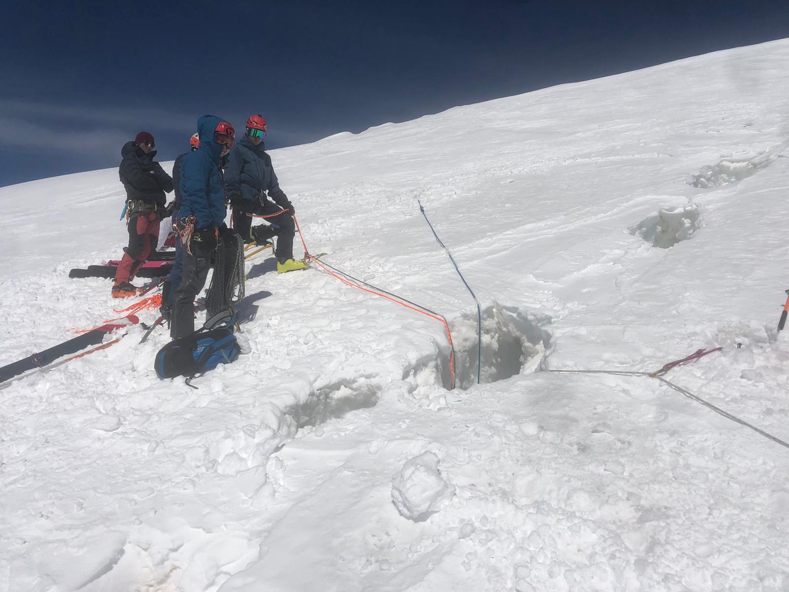 Il recupero dei due alpinisti svizzeri finiti in un crepaccio sul Breithorn
