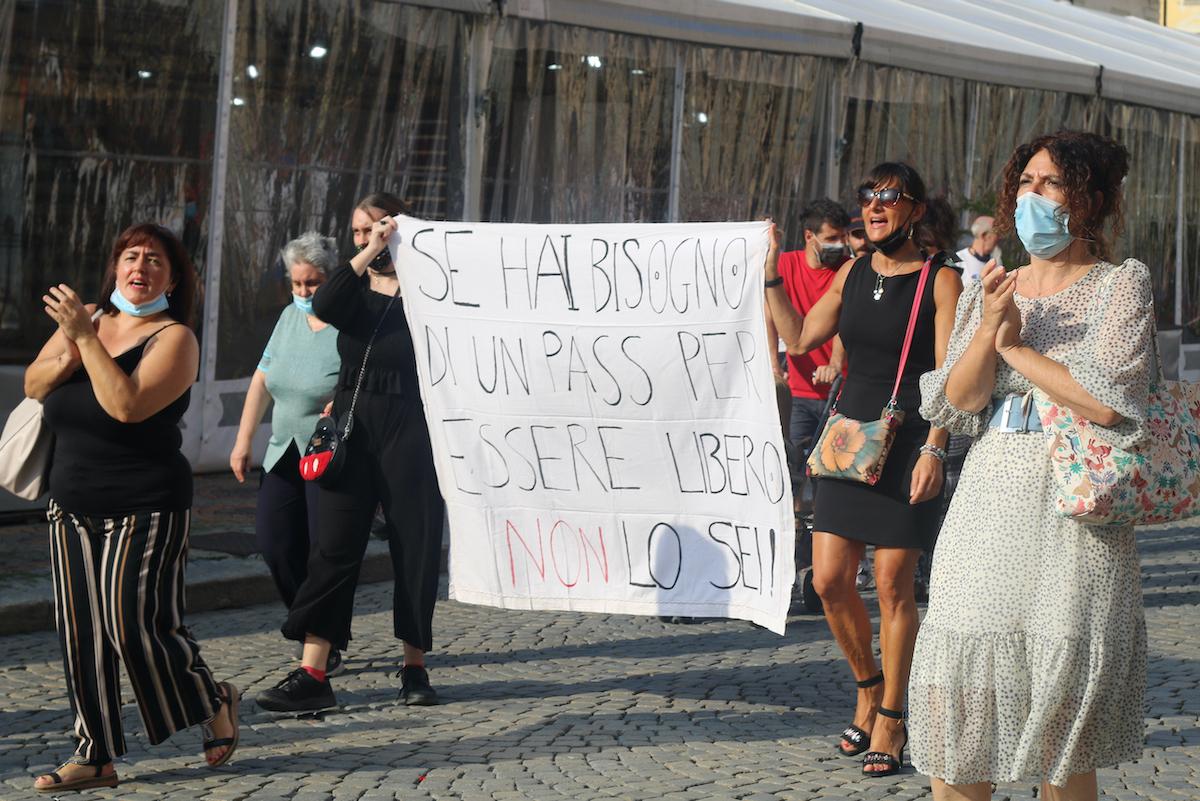 """La manifestazione """"no green pass"""" in piazza Chanoux"""