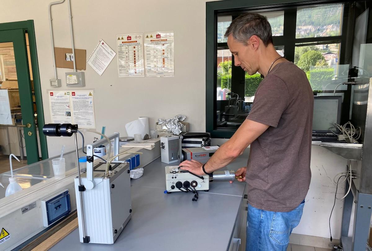 Il tecnico di Arpa Valle d'Aosta Massimo Faure Ragani, referente dell'Agenzia per il progetto TraceRadon