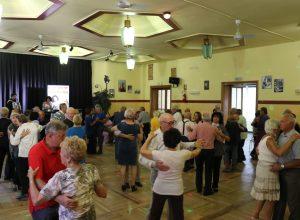 anziani che ballano al Cral Cogne