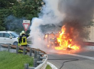 L'auto in fiamme a Pont-Saint-Martin.