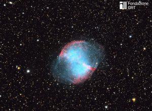 """La nebulosa planetaria M27 (""""Dumbbell"""") nella costellazione della Volpetta. Credit: Fryns Andre ( https://commons.wikimedia.org/wiki/File:M27_Zoom.jpg )"""