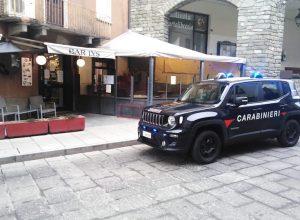 I Carabinieri dinanzi a uno dei due bar chiusi.