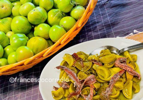 Pomodori verdi con acchiughe e capperi