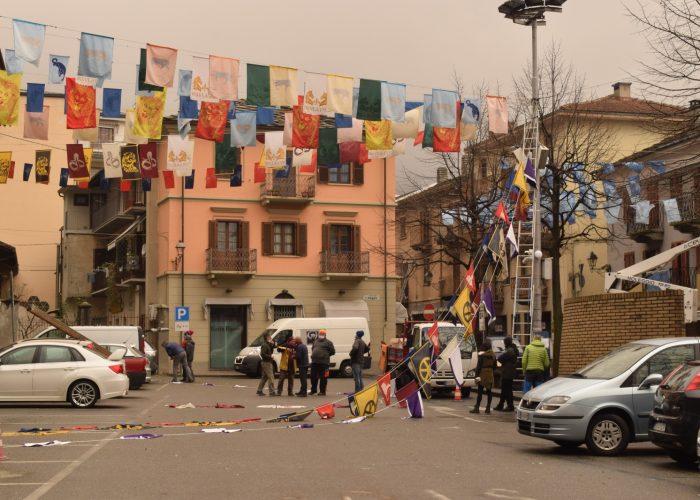 La piazza 1 Maggio decorata con le bandiere di tutti i rioni