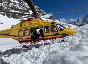L'elicottero del Soccorso Alpino interviene sulla valanga sotto il rifugio Nacamuli