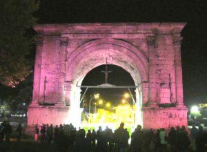 L'Arco d'Augusto in rosa per la campagna della Lilt - foto d'archivio