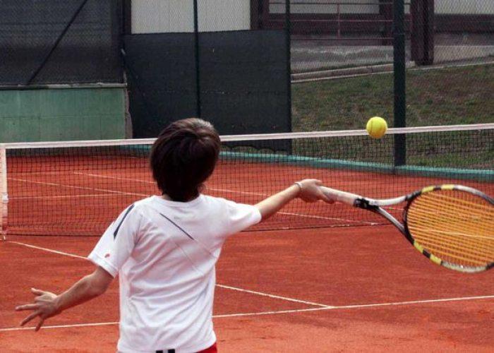 Giovane tennista in allenamento