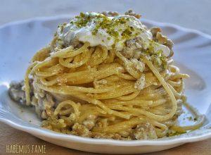 Spaghetti con salsiccia, stracciatella e pistacchi