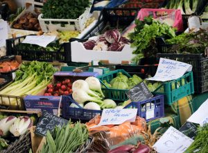 Il mercato Viale della Pace, una bancarella di verdura - immagine di archivio