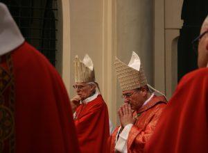 Da sinistra, il vescovo emerito Giuseppe Anfossi e il vescovo Franco Lovignana